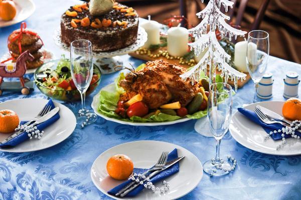 декор новогоднего стола в голубых тонах