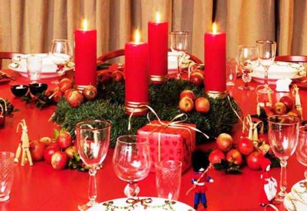 декор свечами новогоднего стола
