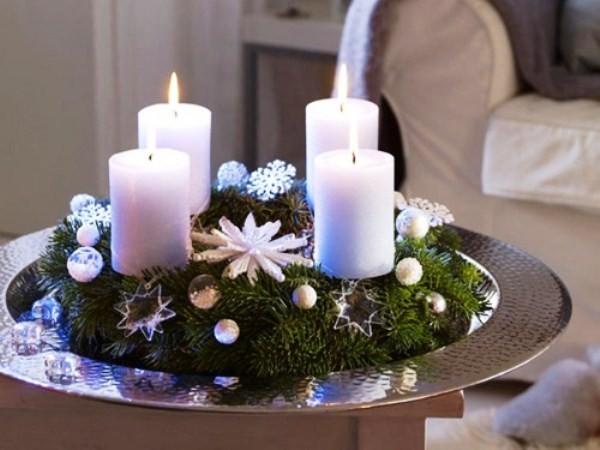 новогодняя композиция из свеч и еловых веточек