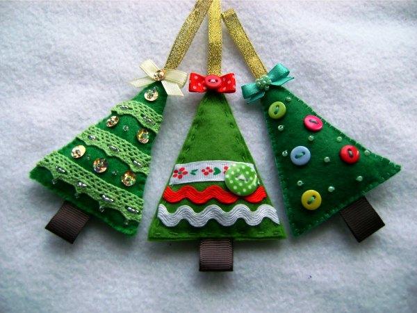 Украсить миниатюрную елочку можно аппликацией, сутажом, пуговицами, бусинами и блестками