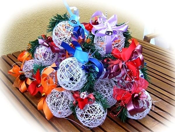 Новогодние венки из ниток своими руками