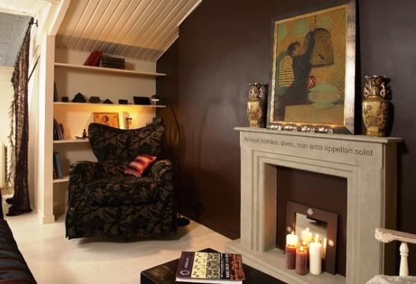 интерьер маленькой гостиной с камином